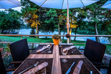 Am Steinsee Tisch mit Blick in Garten