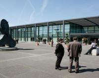 Rheingoldhalle Aussen mit Personen